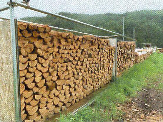 薪の成形作業