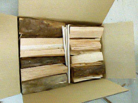 薪の箱詰め作業