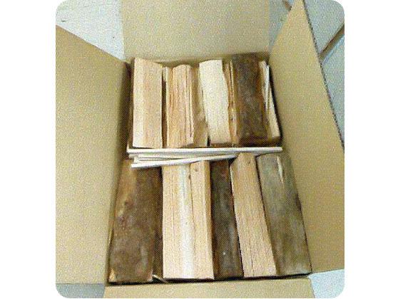 暖炉に使用する薪の箱詰め作業